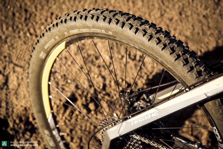 Unterdimensioniert: Die leichten Schwalbe Nobby Nic Reifen kommen bei harter Fahrweise schnell an ihre Grenzen (Grip und Pannenanfälligkeit).