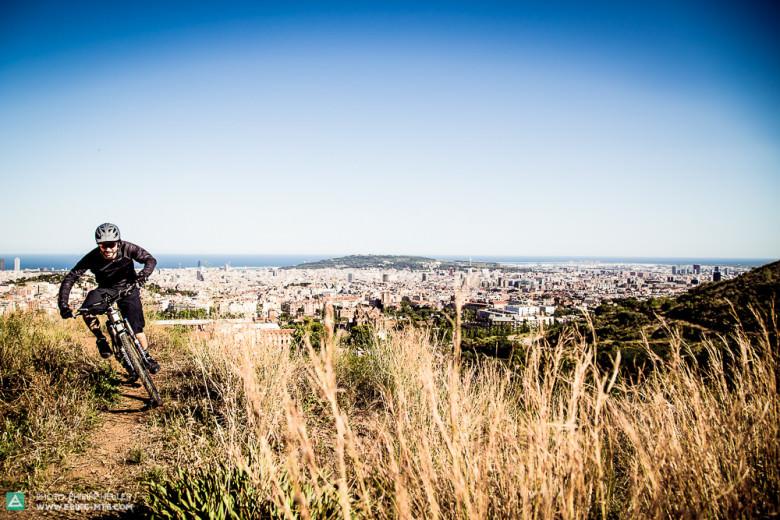 E-Mountainbike Chefredakteur Robin Schmitt jagt das Haibike SDURO AllMTN RC über die Trails in Barcelona.